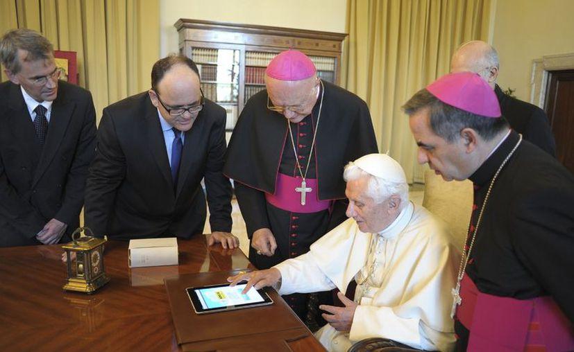 Benedicto XVI durante el envío de su primer tuit. (Reuters)