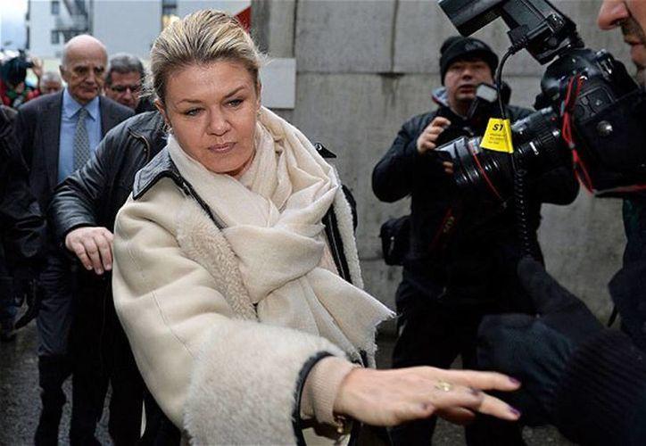 Corinna, esposa del expiloto al salir del hospital cuando estuvo internado en Grenoble. (ANSA latina)