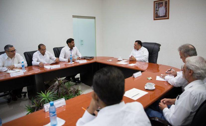 El gobernador, Rolando Zapata Bello, se reunió con el primer secretario de la Embajada de Inglaterra en México, Anjoum Noorani, quien manifestó que el interés por reforzar la cooperación en las áreas de oportunidad en materias comercial, turística y cultural. (Cortesía)