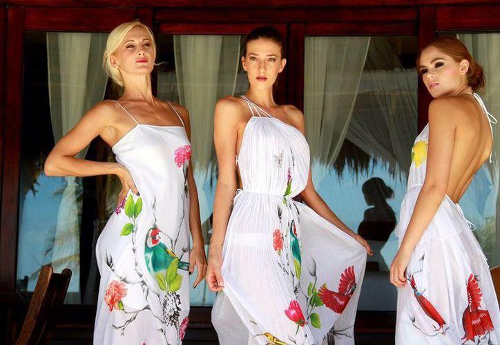 Macario Jiménez mostró vestidos de tapicería en cortinas, inspirados en el Acapulco de los años 70. (Agencias)