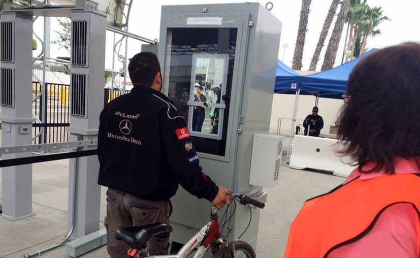 Ramón Rangel, un camionero de Tijuana, observ la luz verde que registró sus características oculares y faciales en Otay Mesa, el jueves 18 de febrero de 2016. (AP Photo/Julie Watson)
