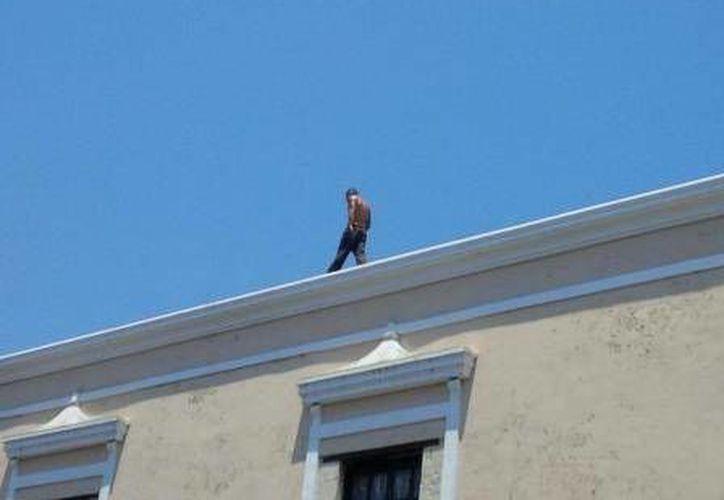 El joven desde lo alto del Palacio de Gobierno de Yucatán. (Cuauhtémoc Moreno/SIPSE)