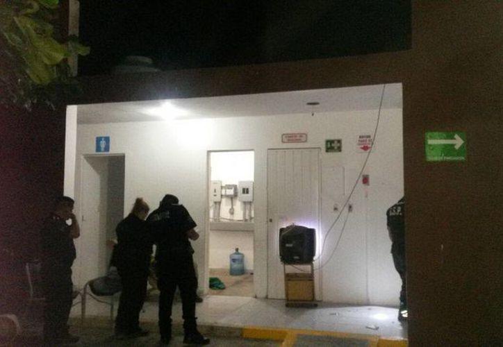 Agentes policiacos revisan las instalaciones de la gasolinera donde los atracadores hicieron de las suyas, en la carretera Umán- Samahil. (Foto: Celia Franco/SIPSE)