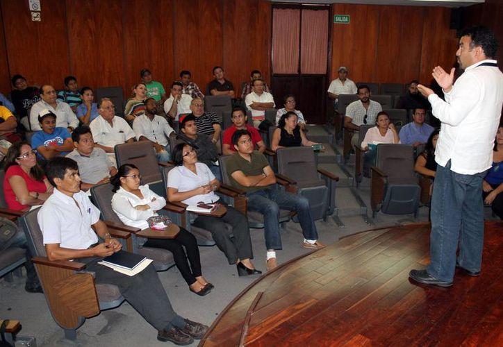 Cerca de medio centenar de meseros, gerentes y capitanes de meseros, tomaron un curso de capacitación en Protección Civil. (SIPSE)