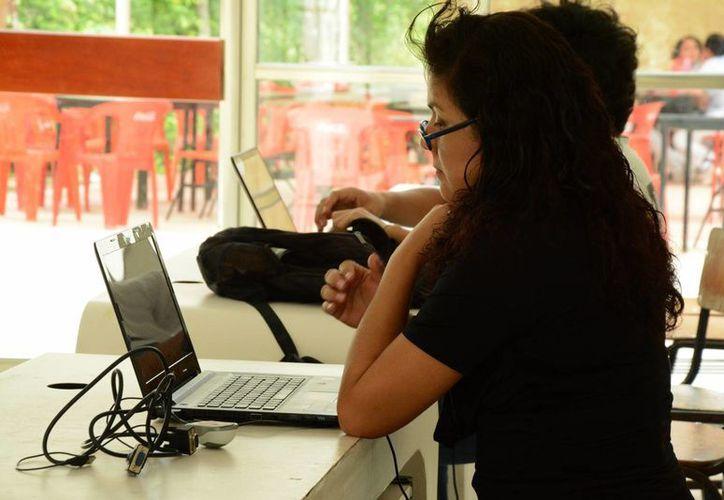 Las laptops, se están introduciendo los teléfonos inteligentes y tabletas electrónicas. (Victoria González/SIPSE)