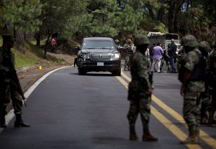 La camioneta quedó detenido sobre la carretera federal 150. (Archivo/Agencias)