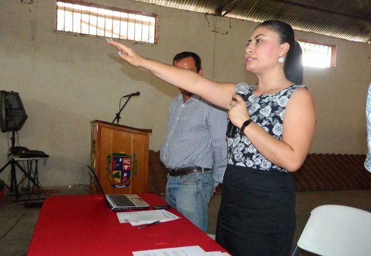 Dalia Santana tomó posesión como alcaldesa de Huetamo en enero de 2012; con su detención, suman cuatro los alcaldes michoacanos detenidos por vínculos con los Caballeros Templarios. (huetamo.gob.mx)