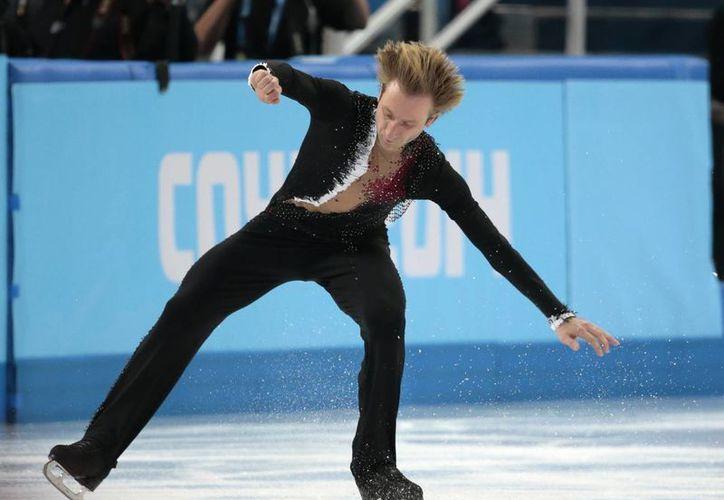 Evgeni Plushenko renunció a competir en el programa corto del concurso individual por una dolencia en la espalda. Ese fue el adiós a su exitosa carrera. (Agencias)