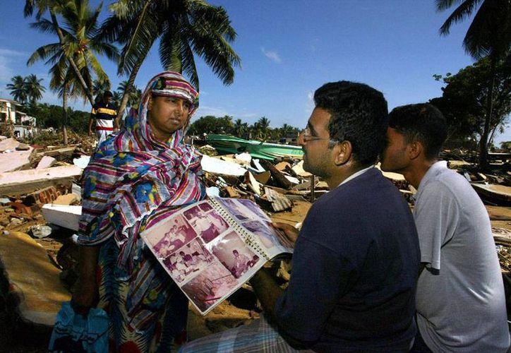 Los aludes de tierra han provocado la muerte de varias personas en Sri Lanka, donde en estos días el dolor de la tragedia del tsunami de 2004 aflora nuevamente por el aniversario de la tragedia. La imagen es precisamente de aquel año y se utiliza sólo con fines ilustrativo. (AP)