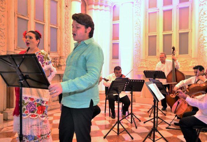 La agrupación contó con la participación de los cantantes Julia Arcudia, soprano; y el tenor Gustavo Durán.(Daniel Sandoval/Milenio Novedades)
