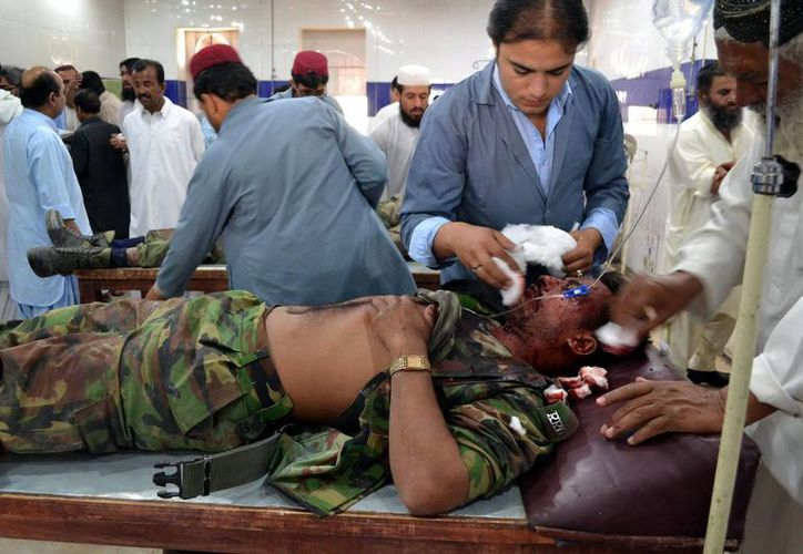 Un militar paquistaní resultó herido en la explosión de una bomba contra un autobús que transportaba personal de seguridad, recibe tratamiento médico en un hospital local en Quetta, Pakistán . (EFE)