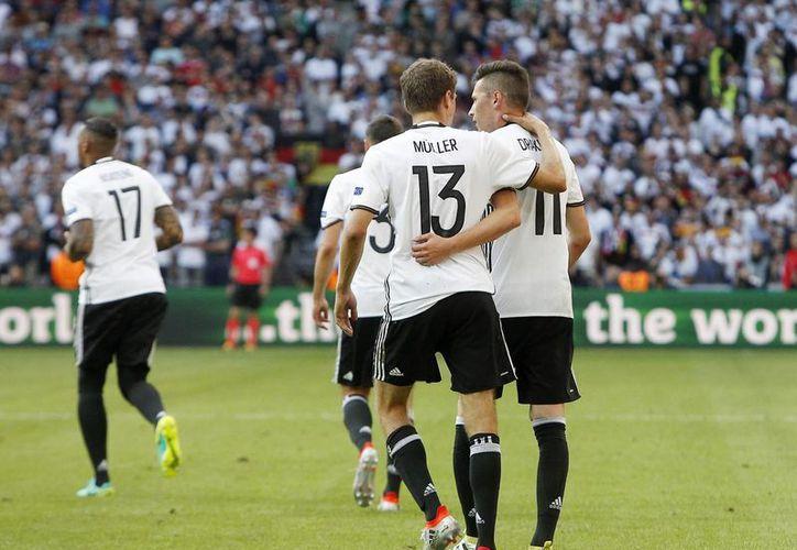 Julian Draxler celebra con Thomas Mueller, uno de los tres tantos con los que la selección alemana eliminó a Eslovaquia para avanzar a la fase de cuartos de final, de la Eurocopa 2016 Francia. (AP)