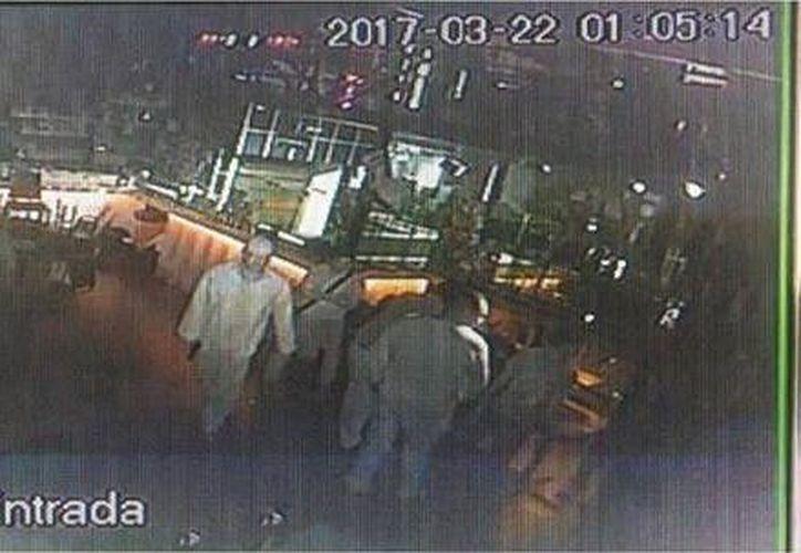 Cámaras de seguridad captaron el momento exacto del ataque a la pizzería. (Video de vigilancia)
