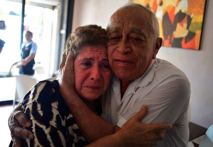 Ligia Canto Lugo abraza a su esposo tras dar ayer una conferencia de prensa. (Luis Pérez/SIPSE)