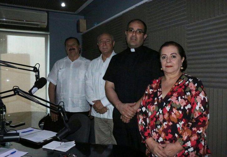 En el programa de radio 'Salvemos una vida', se habló de la trascendencia de las investigaciones sobre el manto de la Virgen de Gaudalupe. (Jorge Acosta/SIPSE)