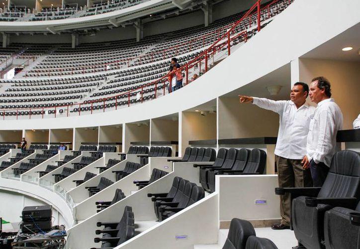 Al término del acto protocolario, Rolando Zapata recorrió las instalaciones del Coliseo Yucatán, que en su evento inaugural presentará al grupo Maná. (Cortesía)