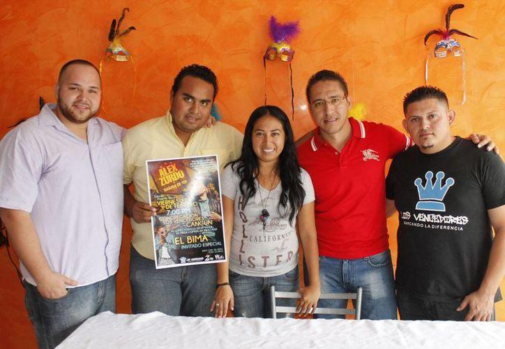 """Los jóvenes invitan al concierto que ofrecerá el cantante puertorriqueño """"El Bima"""". (Jesús Tijerina/SIPSE)"""