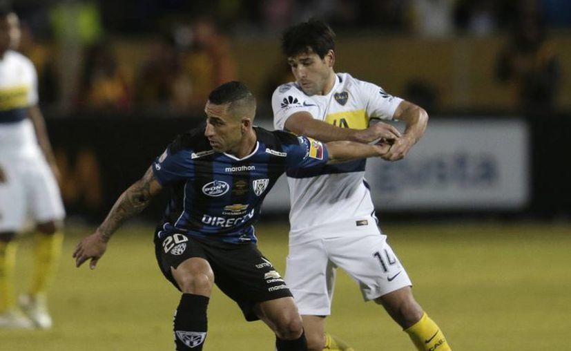 Christian Núñez (i), de Independiente del Valle, se quita la marca de Nicolas Lodeiro, del Boca Juniors, en la semifinal de Copa Libertadores.  El club ecuatoriano eliminó al argentino y disputará la final la próxima semana. (AP)