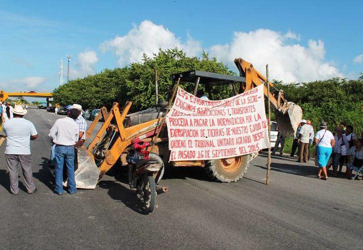 Con bloqueo carretero de 10 horas, ejidatarios de Juan Sarabia, exigieron el pago de añeja deuda a la SCT. (Edgardo Rodríguez/SIPSE)