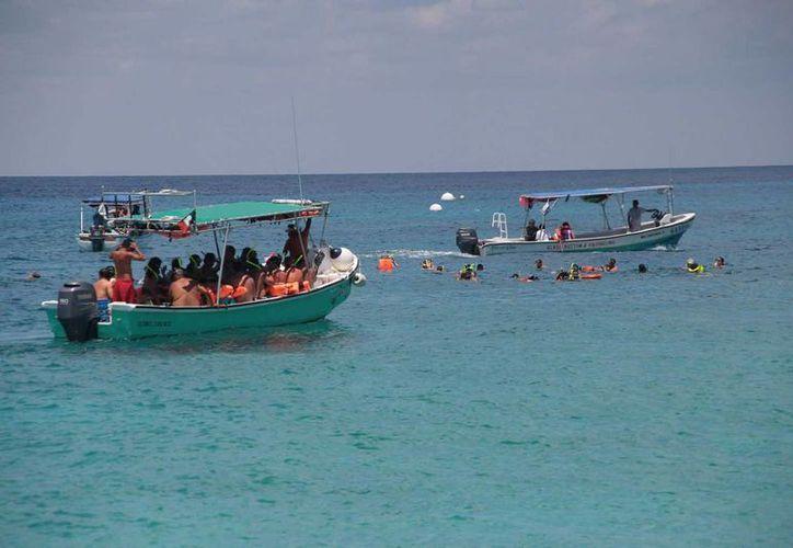 Turistas y gente local disfrutan de las aguas del Caribe mexicano. (Julián Miranda/SIPSE)