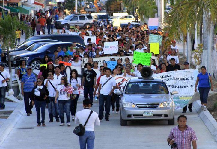 Alrededor de 700 personas marcharon ayer en la capital del estado para protestar en contra de la modificación del horario. (Harold Alcocer/SIPSE)