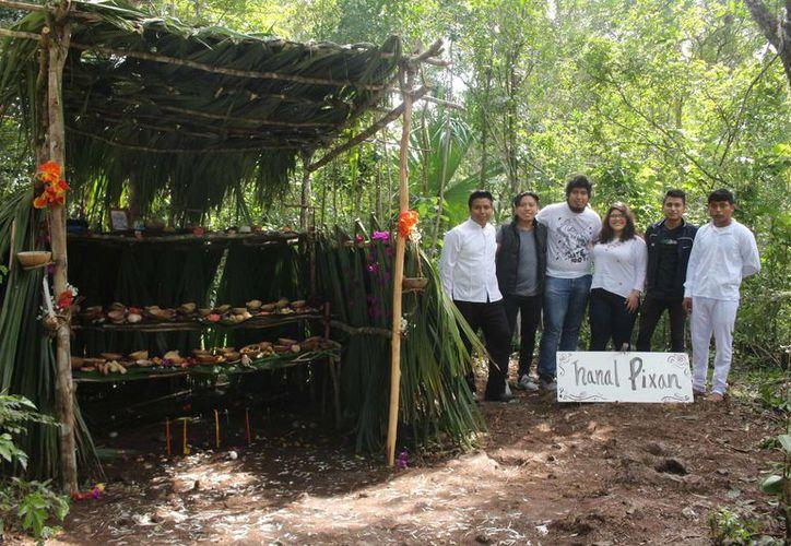 Los alumnos de la zona maya pusieron toda su creatividad en la elaboración de los altares; sin faltar los elementos tradicionales. (Jesús Caamal/SIPSE)