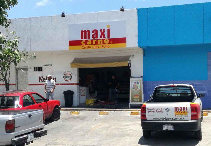 Ayer fue asaltada una sucursal de Maxi Carne, esta vez fue la que está en la Región 225. (Eric Galindo/SIPSE)