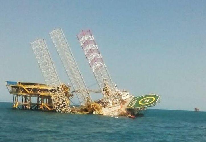 La plataforma Troll Solution, que estaba posicionada en la plataforma Caan Alfa en la Sonda de Campeche, continúa ladeándose. (SIPSE)