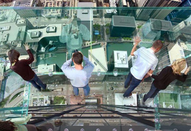 Los balcones de vidrio se localizan a unos 412 metros del suelo y soportan hasta 5 toneladas. (Excelsior)