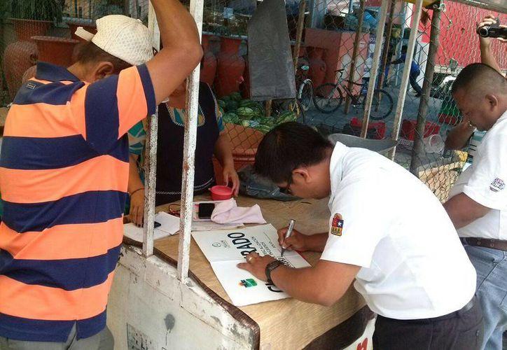 Un negocio que ofrecía pollos 'recién matados' fue clausurado ayer en Tulum. (Rossy López/SIPSE)