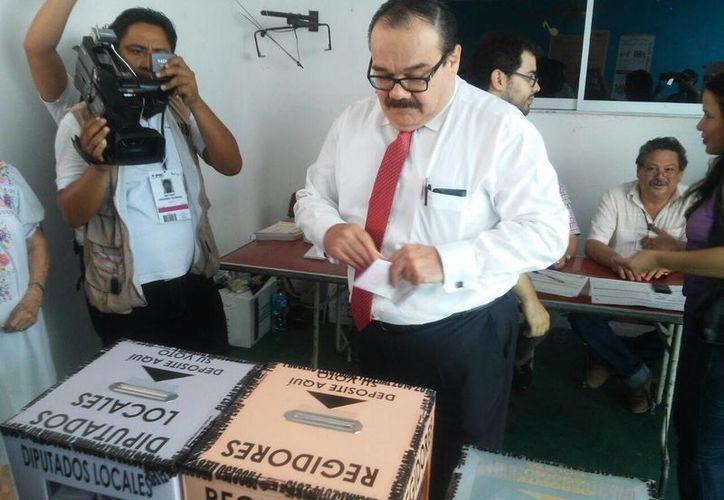 Imagen del representante del PRI ante el INE, Jorge Carlos Ramírez Marín, al realizar su voto. (Cecilia Ricárdez/SIPSE)
