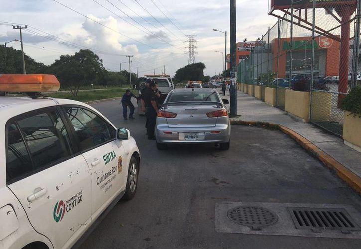 Vehículo que fue detenido cerca de plaza Cancún Mall. (Redacción)