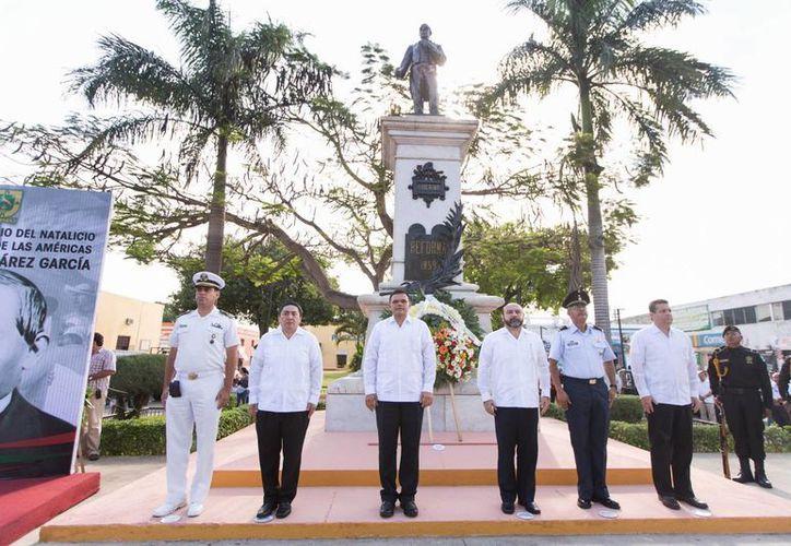 Al término del acto protocolario, el Gobernador, acompañado de autoridades civiles y militares, colocó una ofrenda floral y realizó una guardia de honor a los pies de la estatua del Benemérito de las Américas. (Cortesía)