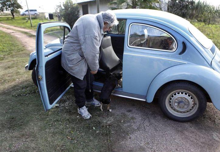 El presidente uruguayo asegura que si vende su Volkswagen ofendería al grupo de amigos que se lo regaló. (EFE)