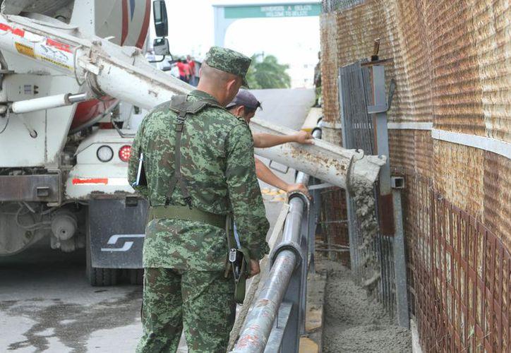Elementos federales custodiaron durante la actividad del camión revolvedor de concreto (Joel Zamora/SIPSE)