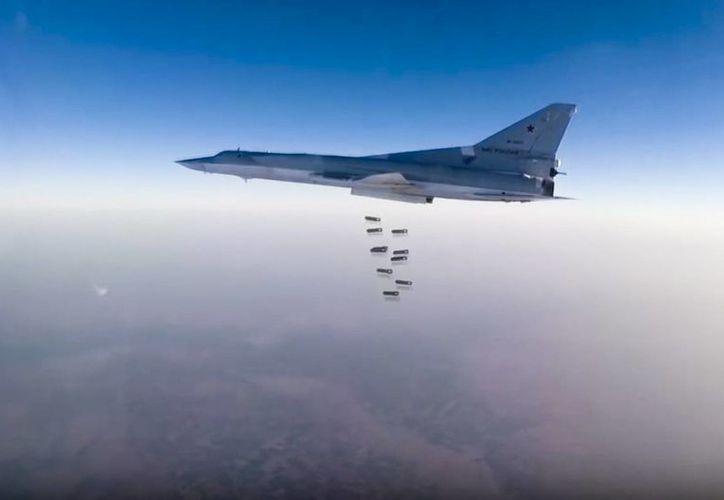 Imagen proporcionado por el Servicio de Prensa del Ministerio de Defensa de Rusia. El bombardero de largo alcance TU-22M3 vuela sobre un lugar no revelado en Siria este domingo, 14 de agosto de 2015.  (Servicio de prensa del Ministerio de Defensa de Rusia a través de AP)