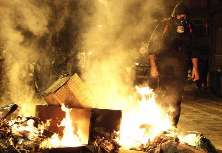 Un manifestante camina junto a una barricada en llamas durante los choques del 15 de septiembre entre policía y manifestantes en Estambul. (EFE)