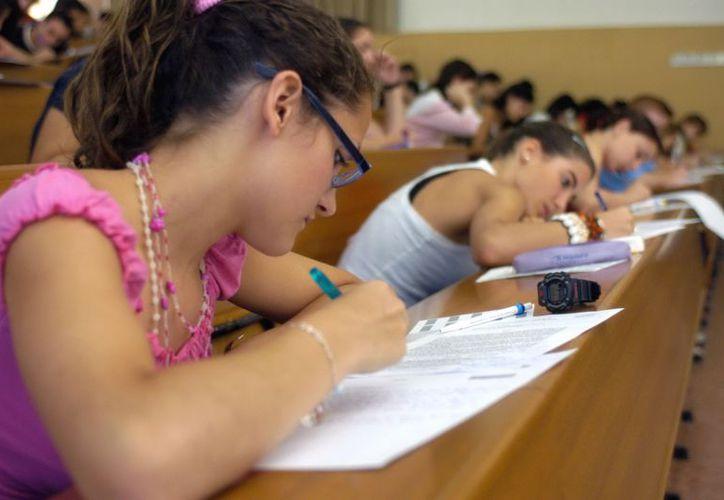 Cerca de la mitad de los jóvenes en América Latina no termina los estudios de secundaria. (EFE)