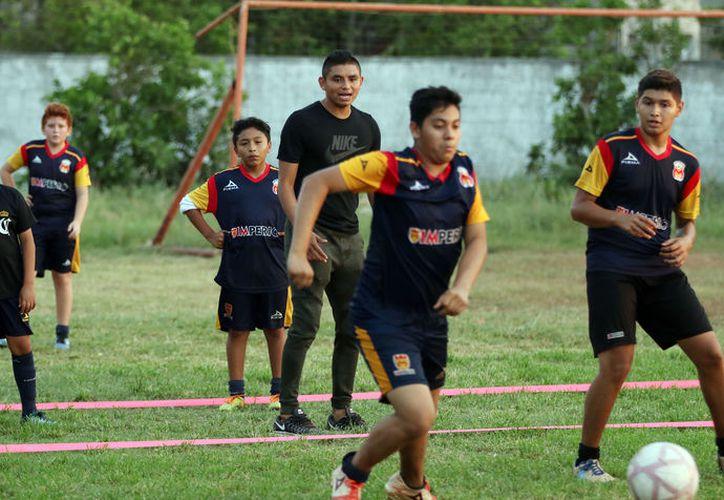 """El delantero yucateco, en su academia de futbol """"Imperio Mérida"""". (Foto: Jorge Pallota/SIPSE)"""