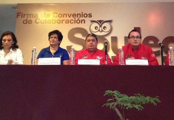 El secretario de gobierno, Gabriel Mendicuti Loría; Eduardo José Patrón Azueta, director del Cecyte Quintana Roo; y Sara Latife Ruíz Chávez, secretaria de Educación, encabezaron el presidium del evento. (Redacción/SIPSE)