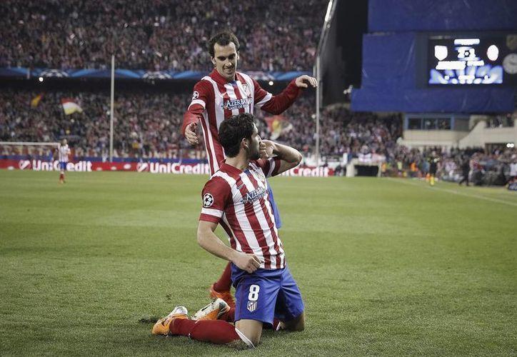 El centrocampista Raúl García celebra su gol con Diego Godín en los octavos de final de la Liga de Campeones de Europa. (EFE)