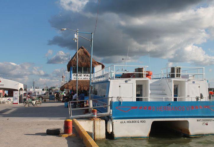 Solamente las navieras prestan el servicio de cruce de Chiquilá a Holbox y viceversa. (Gloria Poot/SIPSE)