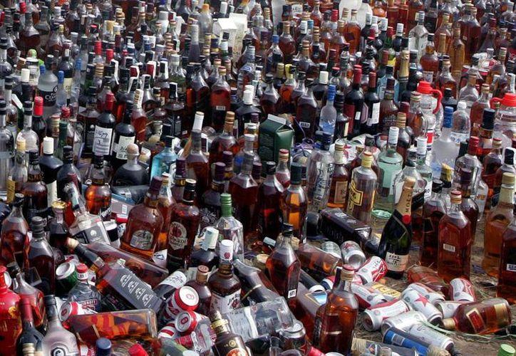 Los destilados ilegales son comunes en Indonesia, especialmente en las áreas rurales donde muchos aldeanos suelen comprar ese tipo de alcohol por ser más barato. Imagen de la destrucción de miles de botellas de licor adulterado en la India. (AP)