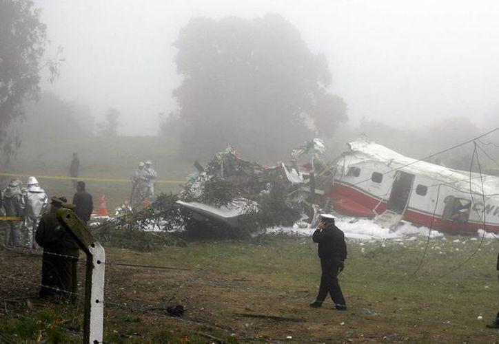 Vista general del avión Dornier 228 que se estrelló cerca del aeródromo de la ciudad Viña del Mar. (EFE)