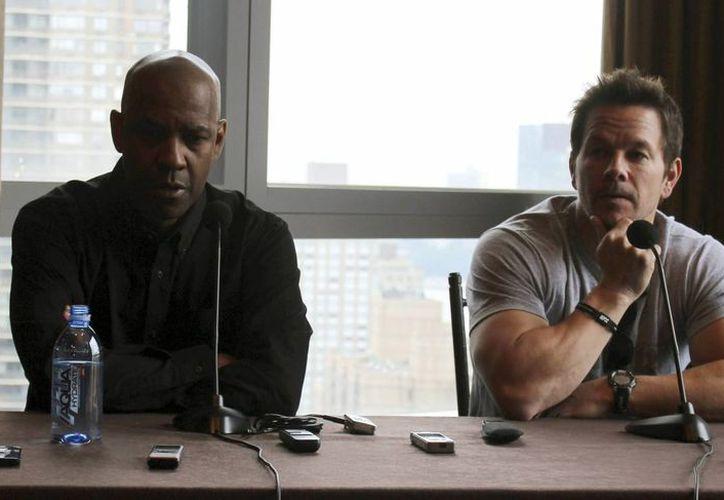 Los actores Denzel Washington (i) y Mark Wahlberg (d) en la rueda de prensa que ofrecieron este domingo en Nueva York durante la presentación de la pelicula '2 Guns'. (EFE)