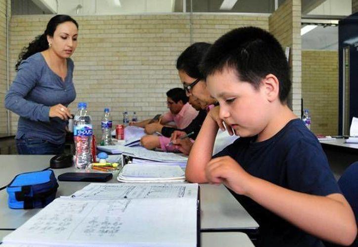 El niño Carlos Santamaría actualmente cursa el diplomado de Química Analítica en la FQ de la UNAM. Al terminar el curso regresará al cuarto año de primaria. (dgcs.unam.mx)