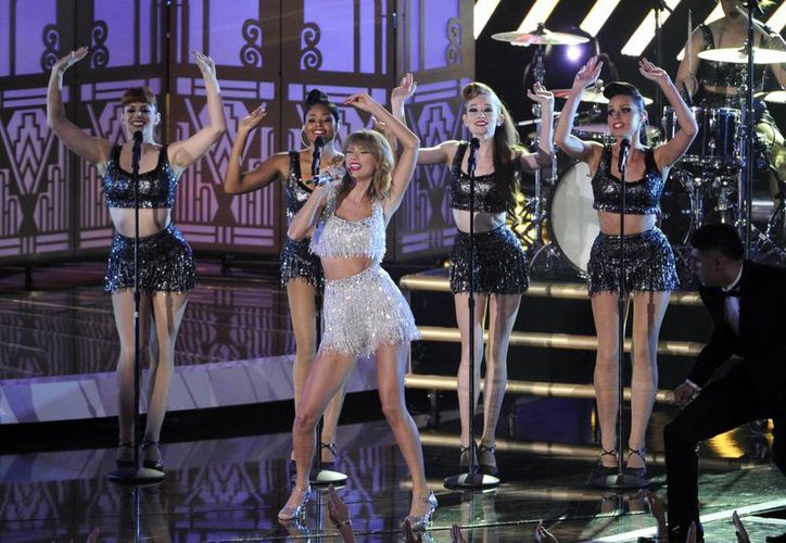 Taylor Swift iluminó el escenario de los MTV Video Music Awards con su tema 'Shake It Off'. (AP)