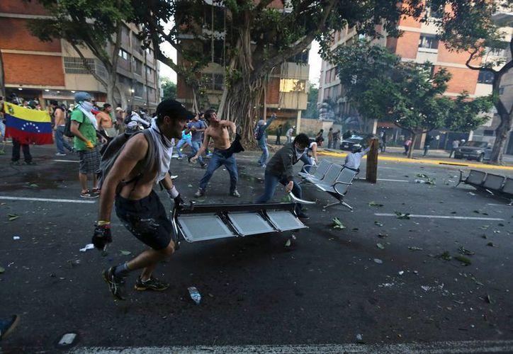 Los estudiantes venezolanos respondieron arrojando piedras a los agentes y poco después se reagruparon en una zona cercana. (Agencias)