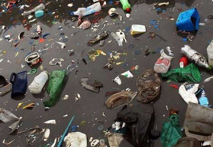 Contaminación en la bahía brasileña de Guanabara. El problema ambiental de Río de Janeiro es uno de los principales, a unos días del inicio de los Juegos Olímpicos. (Foto tomada de agua.org.mx)