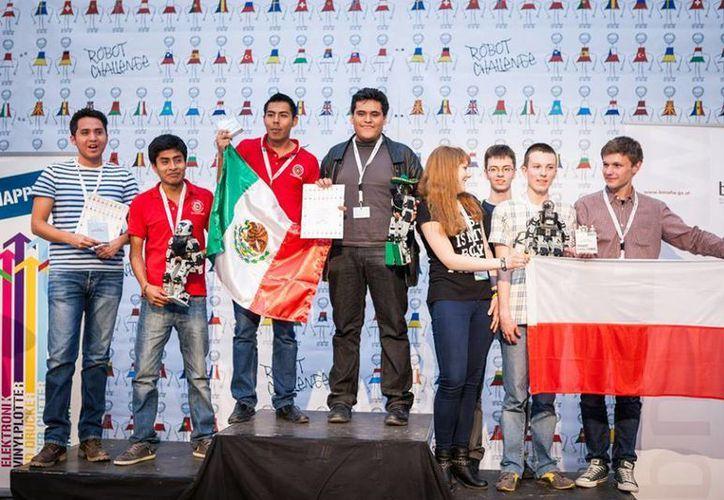 México se llevó el primer lugar del medallero del importante certamen Robotchallenge 2015, que se realizó en la capital austriaca. (Facebook/RobotChallenge)